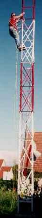 Le pylône de 12 mètres en construction