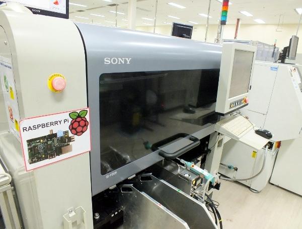 Vue d'une des machines de fabrication du Raspberry Pi - Usine Sony de Pencoed au Pays de Galles.