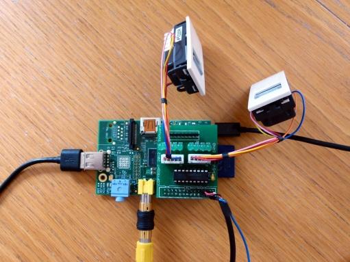 Le Raspberry Pi équipé de la carte de commande de moteurs pas-à-pas dont les sorties se font sur deux RJ45