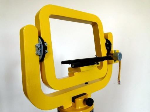 Tête panoramique peinte, équipée de la platine destinée à accueillir le boîtier de l'appareil photo