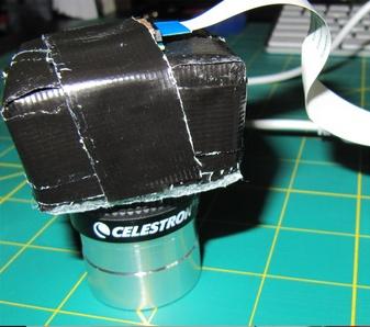 Le montage final du module caméra du Raspberri Pi sur l'oculaire du télescope Celestron.