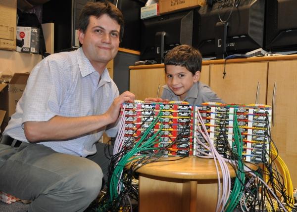 Le professeur Simon Cox et son fils James avec le supercalculateur en Lego