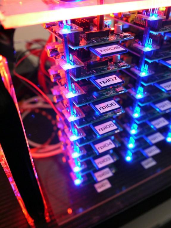 Une vue de l'empilage des Raspberry Pi du supercalculateur de Joshua KIEPERT