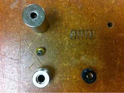 La diode laser (au milieu à gauche) avant son montage dans son boîtier. En bas à droite la lentille de collimatation.