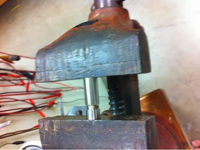 cnLa mise en place de la diode laser dans la tête du boîtier se fait avec un étau