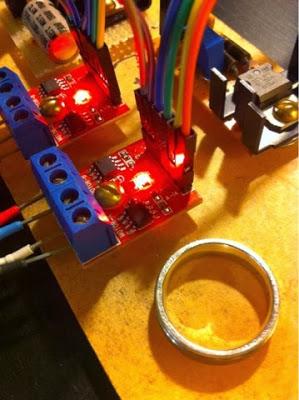 Lorsque la tension est appliquée, un LED s'allume. (Le truc rond en bas est la bague de Daniel. Il n'a pas de très gros doigts...)