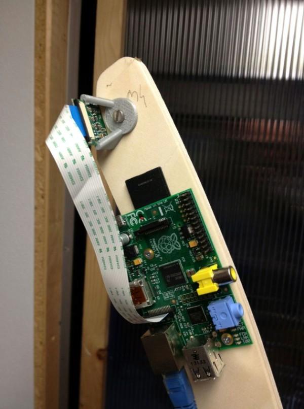 Détail de la fixation d'un des Raspberry Pi et de sa caméra