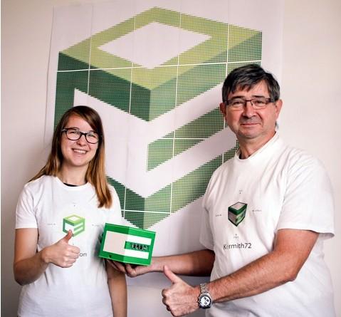 Eric présente son projet en compagnie de sa fille Emilie qui est graphiste et a réalisé les T-shirts.