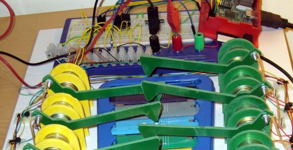 Le glockenspiel avec son cirsuit de commande. Le Raspberry Pi est en haut à droite