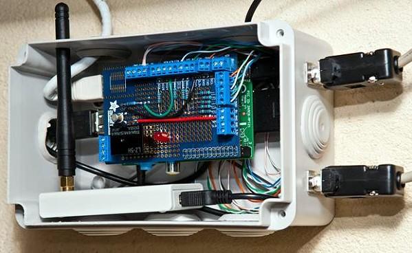 Le boîtier contenant le raspberry Pi et la carte prototype Adafruit utilisée pour le montage.