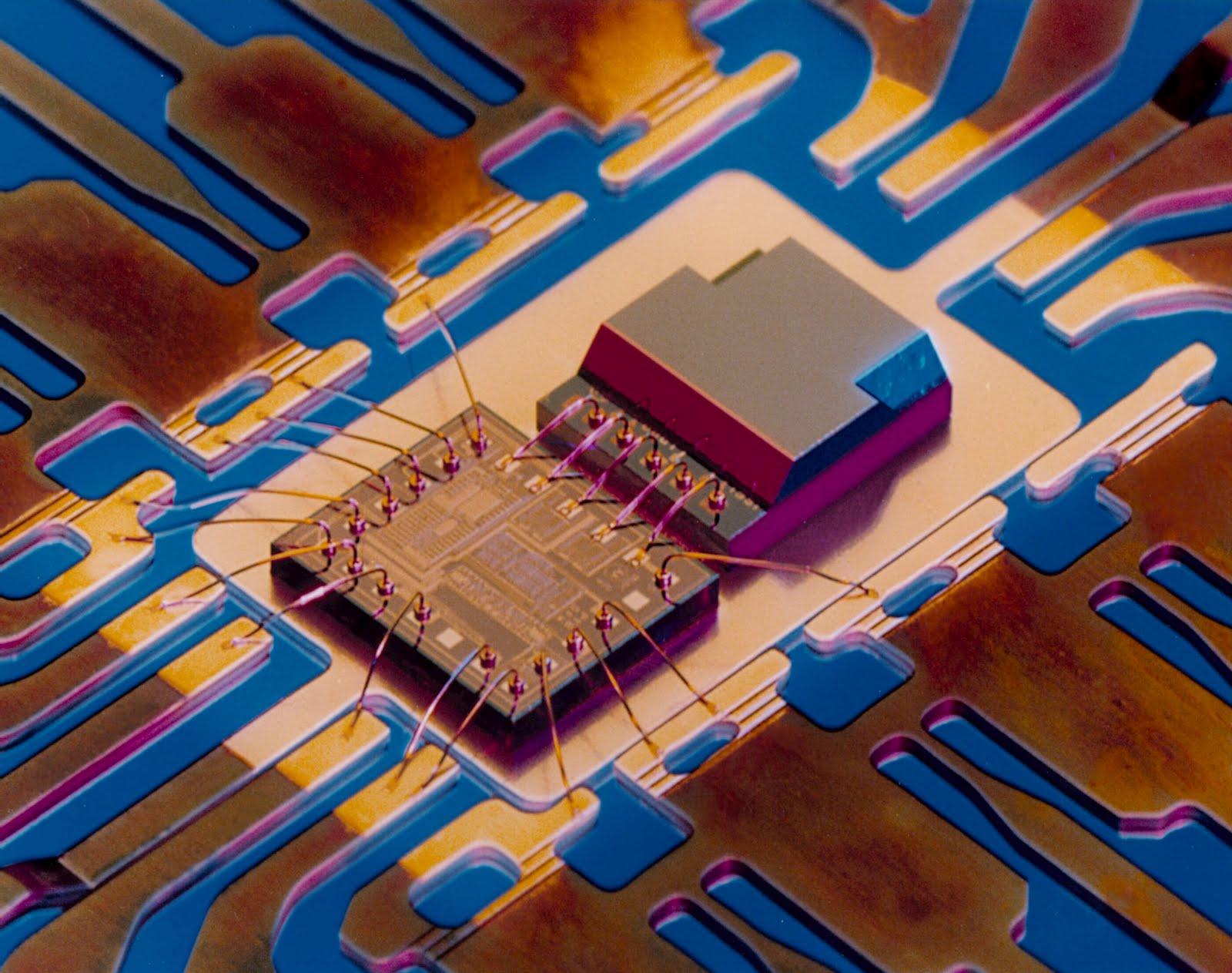 Architecture de l'accéléromètre - Le capteur est à droite, le circuit de traitement des données à gauche.