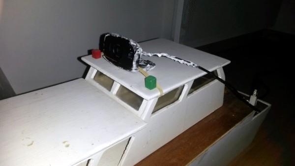 La caméra est fixée sur le toit du bateau