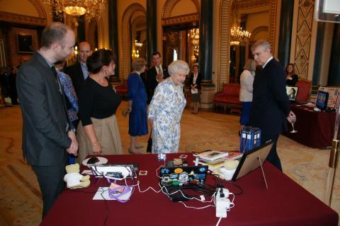 La Reine observe un Raspberry Pi (ça ne mord pas? no?)