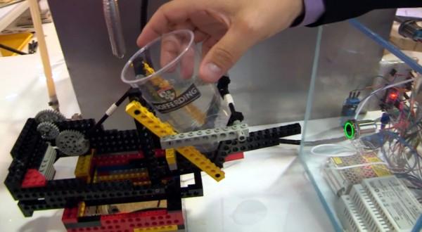 Posez un verre vide dans le support Lego