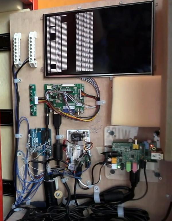 L'ensemble de l'électronique. Vous identifierez facilement le Raspberry Pi (en bas à droite), un Arduino (à gauche), l'écran avec sa carte driver (en haut)