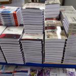 Une fois collés, les livres sont empilés pour le stockage. Le temps de séchage complet de la colle est de 24 heures pendant lesquelles le livre ne sera pas ouvert.