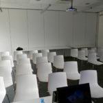 La salle est encore vide... 40 chaises et un vidéo projecteur pendu au plafond...