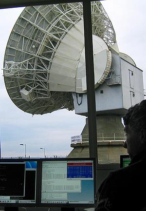 Vue de l'antenne de l'observatoire de Chilbolton. Au premier plan un écran montrant Predict, utilisé pour le pointage de l'antenne.