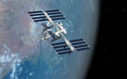 Vue de l'ISS sur fond de Terre. On aperçoit la courbure de la terre et à droite le noir de l'espace et des étoiles.