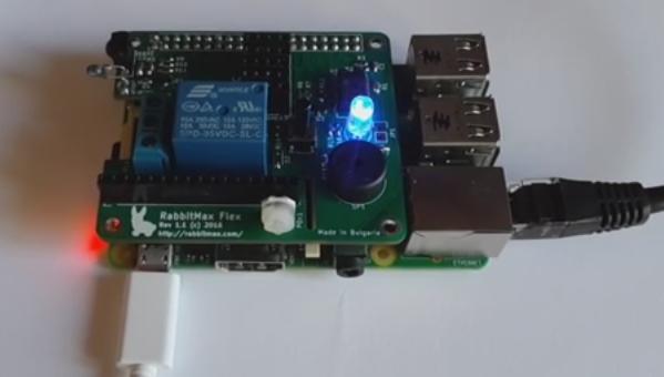 Carte RabbitMax montée sur un Raspberry Pi. La LED RVB est illuminée en bleu