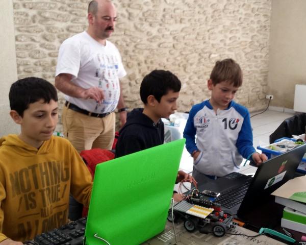 Courthézon - En visite à CourTechZone - Des enfants très sérieux