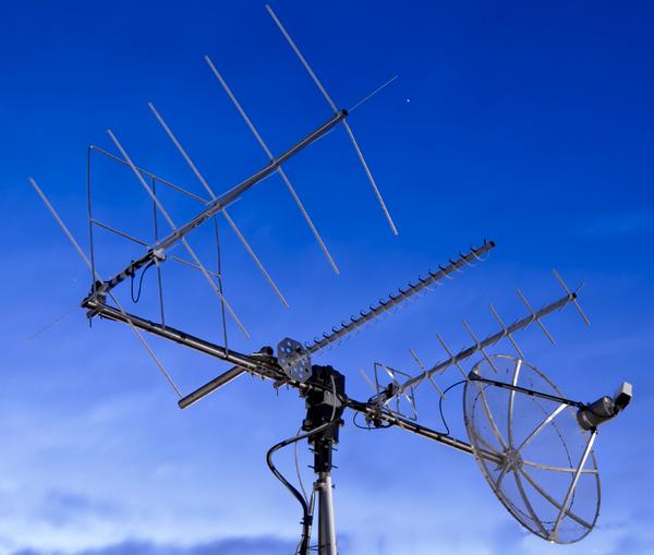 Photo des antennes de la station espagnole EA5FUZ comprenant deux antennes croisées 144MHz et 432 MHz, une parabole DATV d'1,20 mètre et une antenne hélicoidale DATV