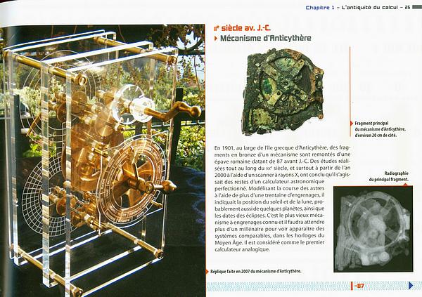 """Copie del apge 25 de """"Histoire illustrée de l'Informatique"""" montrant une photo de la machine d'Anticythère, une vue en radiographie et une reconstitution."""