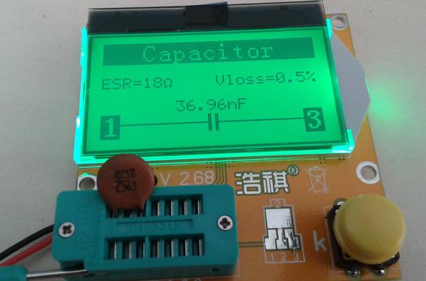 testeur_composants_-lcr-t3 photo de l'appareil montrant le résultat d'un test de condensateur céramique.