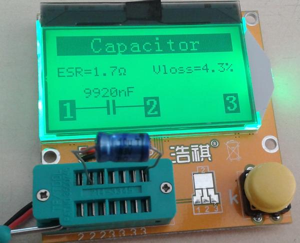 testeur_composants_-lcr-t3 photo de l'appareil montrant le résultat d'un test de condensateur électrochimique.