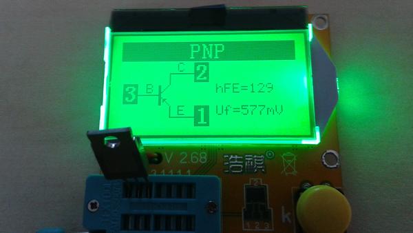 testeur_composants_-lcr-t3 photo de l'appareil montrant le résultat d'un test de transistor PNP