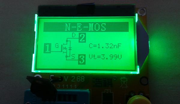 testeur_composants_-lcr-t3 photo de l'appareil montrant le résultat d'un test de transistor MOS