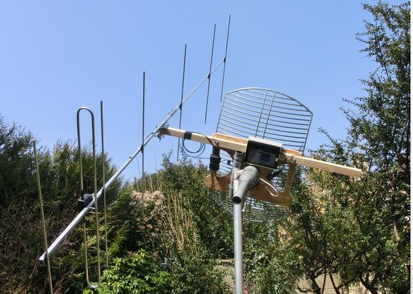 Système d'orientation comprenant une parabole pour la DATV et une antenne Yagi 7 éléments pour les communications radion. Les 2 antennes sont montées sur le même support.