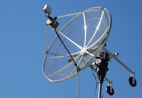 Photo de l'antenne parabolique orientable destinée à la réception des images DATV de l'ISS - Station radioamateur VK4KHZ