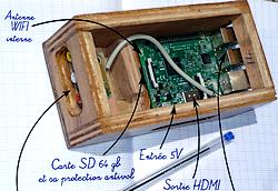 Phot d'un Raspberry Pi dans un boîtier en contreplaqué de fabrication locale