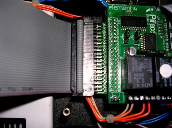 La carte SenseHAT du timelapse est reliée au Raspberry Pi via un câble en nappe
