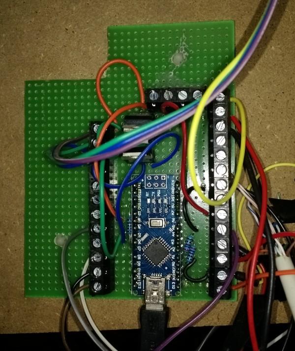 Gros plan sur l'Arduino.