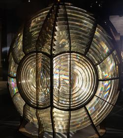 Lentille de Fresnel de phare - Musée National de la Marine