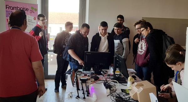 Minitel piloté par un Raspberry Pi sur le stand SLMEDIATION aux #RNRPI3 de Nevers 2018