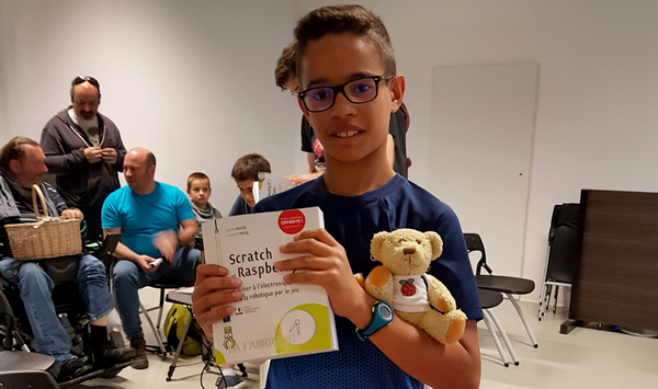 """Arthur a emporté le livre """"Scratch et Raspberry Pi"""" offert par les Editions ENI"""