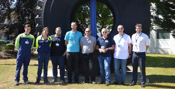 Les participants à la formation + Babbage :) posent devant le pneu présenté à l'entrée de l'usine